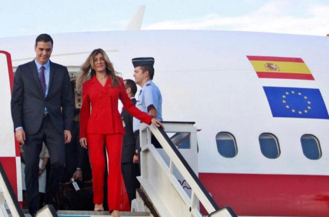 Pedro Sánchez y su esposa, Begoña Gómez, a su llegada al aeropuerto José Martí, de La Habana, el jueves.