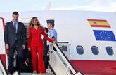 Pedro Sánchez y su esposa, Begoña Gómez, a su llegada al aeropuerto...