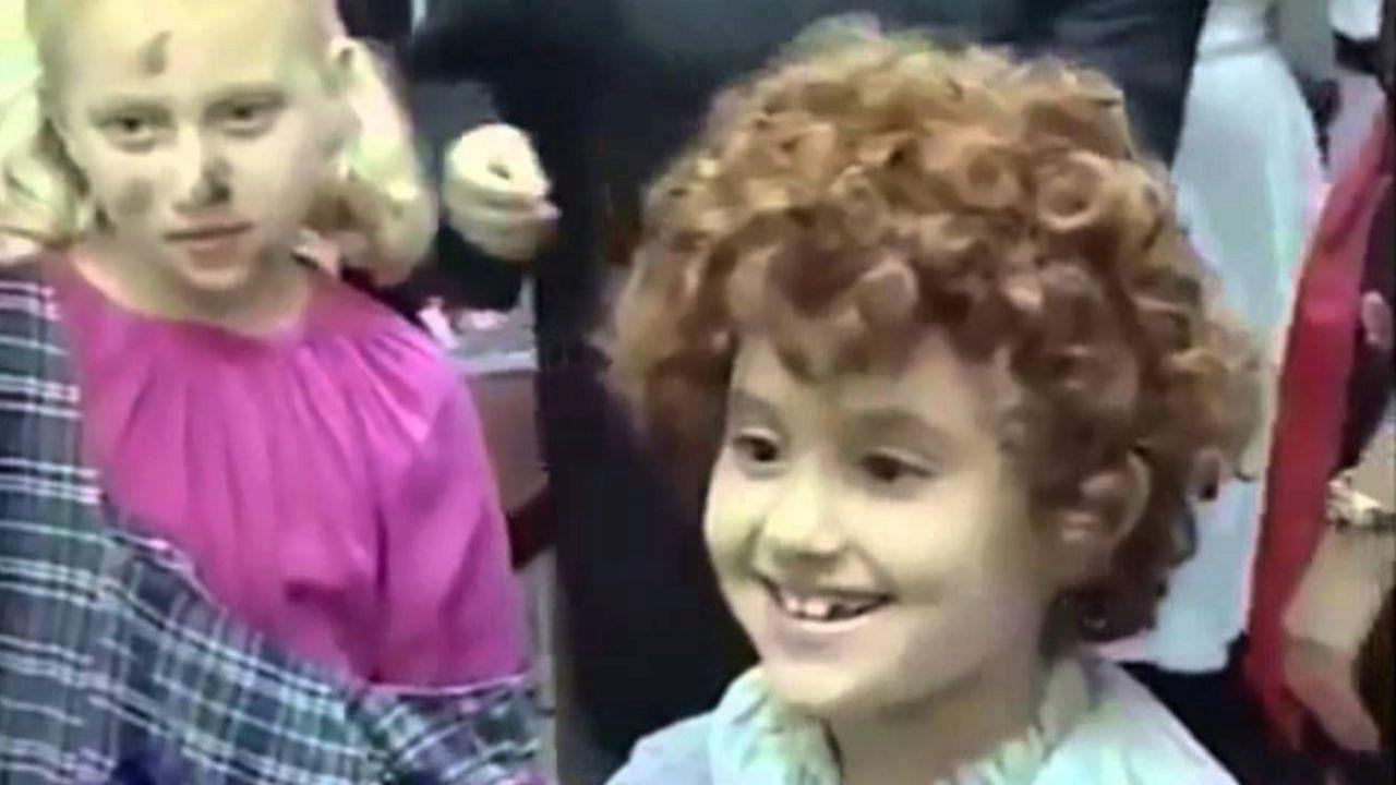 La pequeña Ariana Grande, caracterizada como Annie
