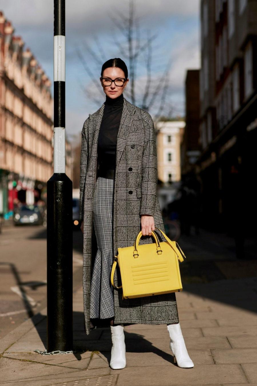 b1ab696145 El abrigo sastre y la falda midi casan a la perfección con los botines  blancos de