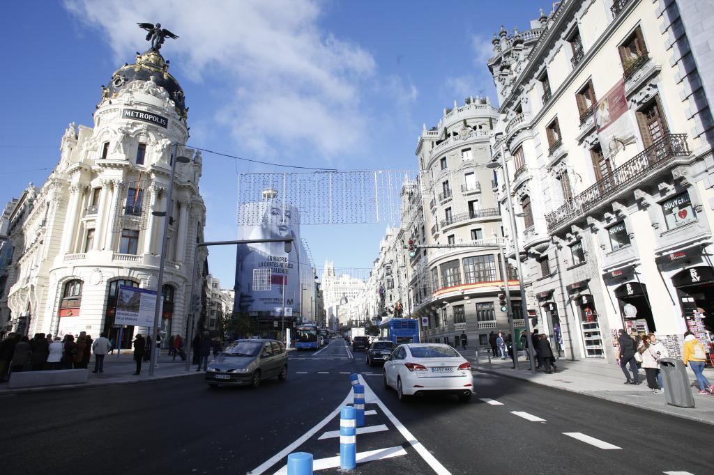 Vista desde la calle Alcalá, con el edificio Metrópolis