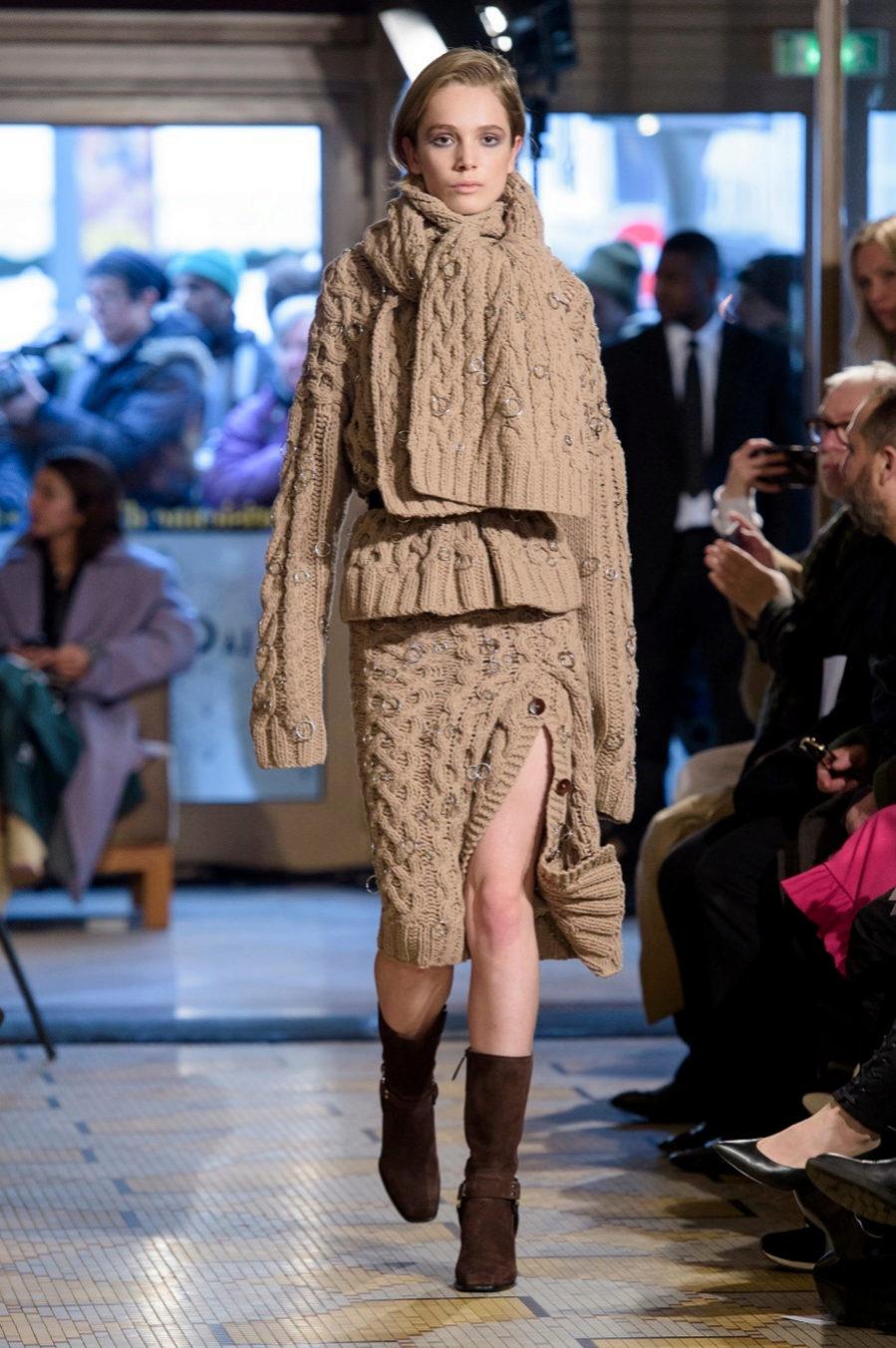 1e159513ce Conjunto de lana con falda por la rodilla y botines estilo motero del  desfile de Altuzarra