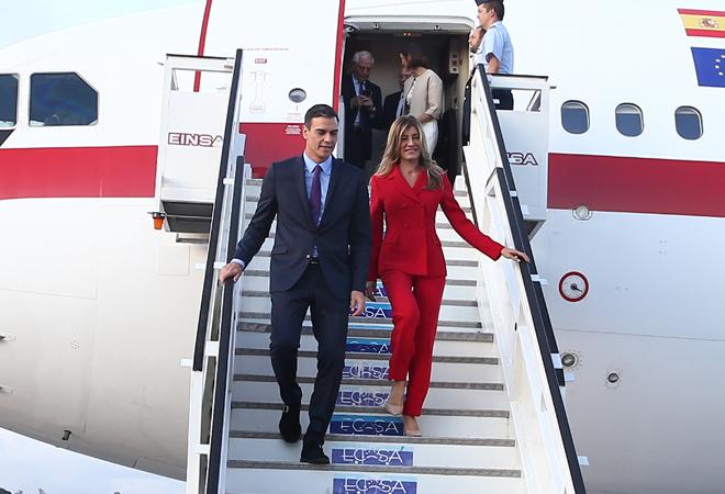 Pedro Sánchez y su mujer, Begoña Gómez, bajan de la escalerilla del avión en La Habana. Foto: POOL MONCLOA