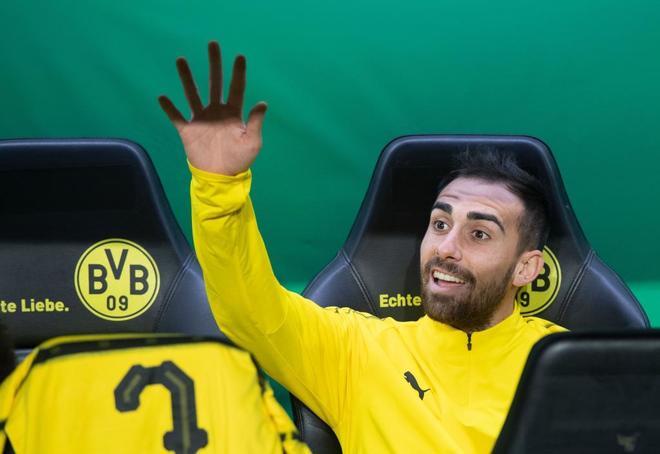 Paco Alcácer, en el banquillo del Dortmund, en un partido reciente.