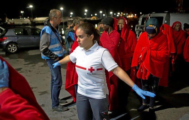Llegada al puerto de Motril, en Granada, de decenas de inmigrantes que...