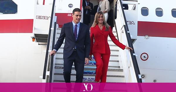 Resultado de imagen de Pedro Sanchez y su mujer bajando del avión en Cuba