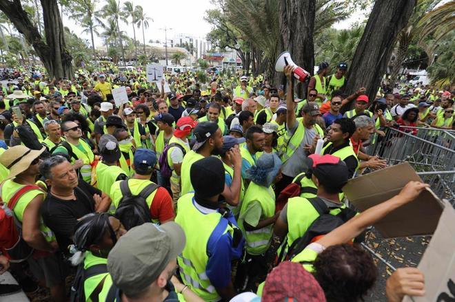 """Manifestación de los llamados """"chalecos amarillos"""" (Gilets jaunes)  frente a la prefectura en Saint-Denis de la Isla de Reunión."""