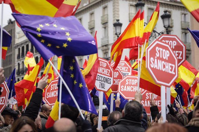 Banderas europeas y españoles y carteles contra el presidente Pedro Sánchez durante la manifestación de España Ciudadana en Madrid