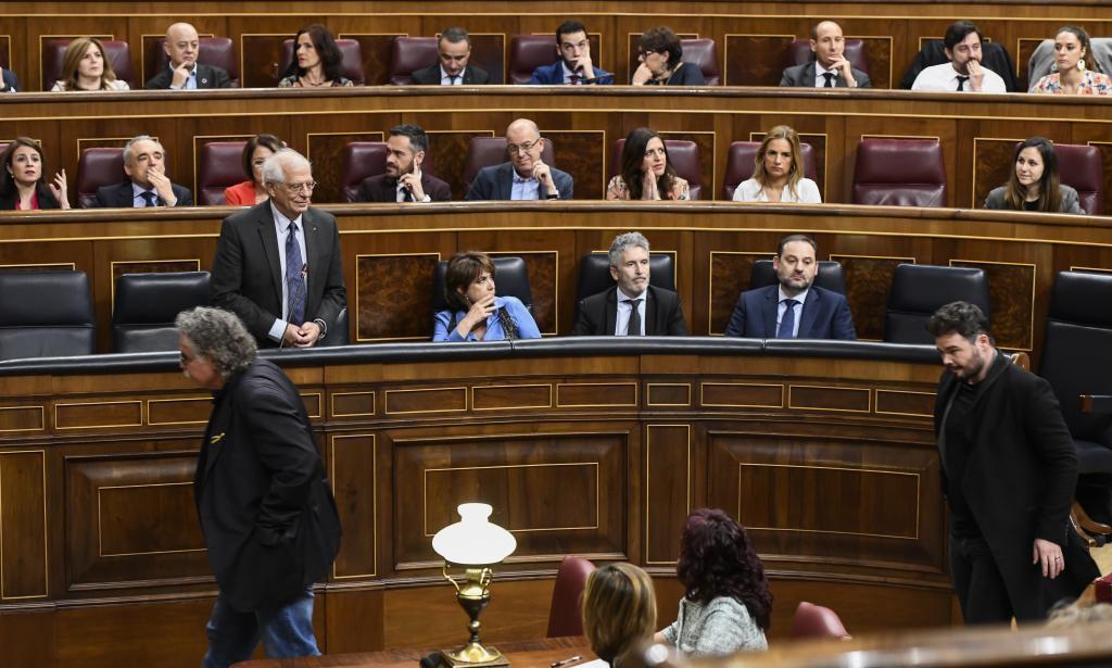 Sesión de Control en el Congreso con Josep Borrell mirando la salida de los diputados de ERC, Joan Tardà y Gabriel Rufián