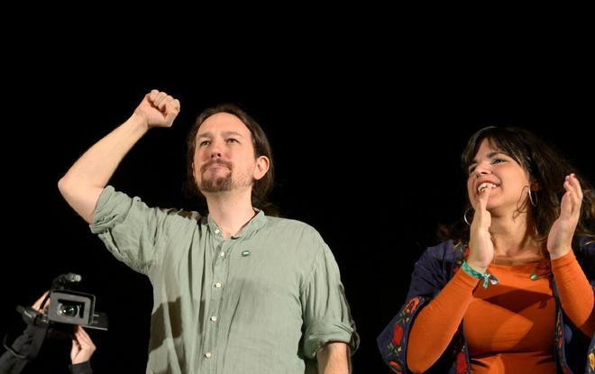El secretario general de Podemos, Pablo Iglesias, junto a la candidata...