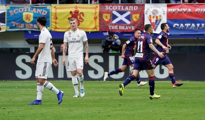 Los jugadores del Eibar celebran el tanto de Enrich, el segundo al Madrid.