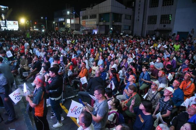 Taiwaneses siguen el anuncio de los los resultados de las elecciones, en Kaohsiung.