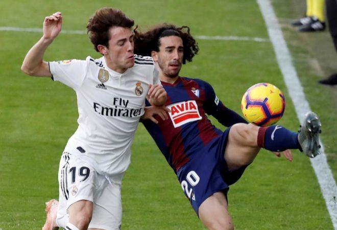 Marc Cucurella y Álvaro Odriozola pugnan por un balón.