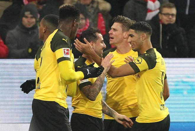 Alcácer, felicitado por sus compañeros tras marcar al Maguncia.