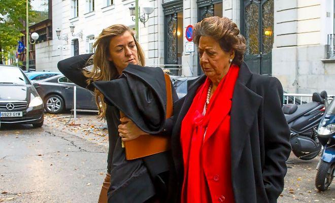 La ex alcaldesa Rita Barberá junto con su sobrina Rita Corbín Barberá, antes de declarar en el Supremo.