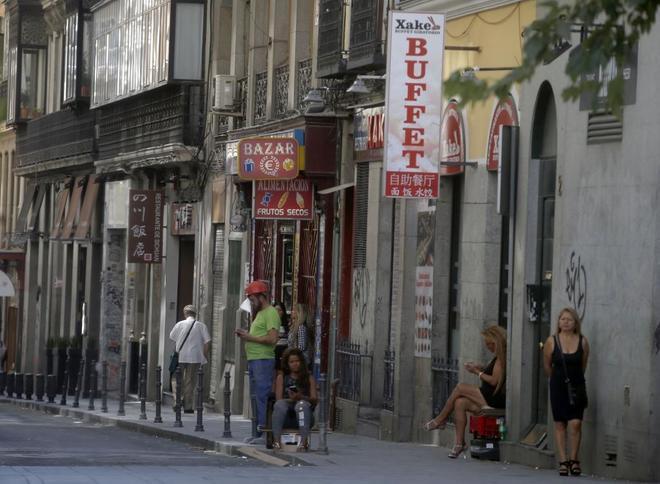 Una céntrica calle de Madrid con prostitutas a la espera de clientes