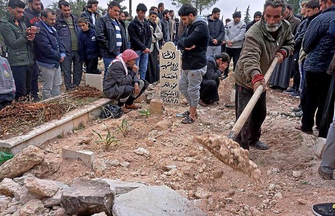 Familiares y amigos asisten al funeral de Raed Fares y Hamud al Jneid, asesinados el viernes.