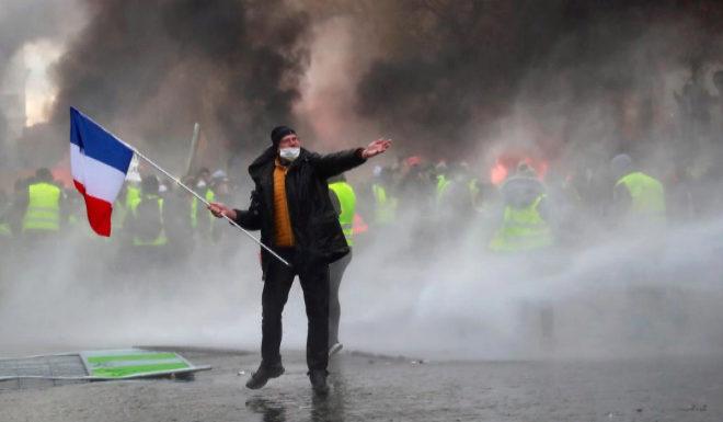 """París arde por la subida de los carburantes: """"Estamos hartos de pagar impuestos altos"""""""