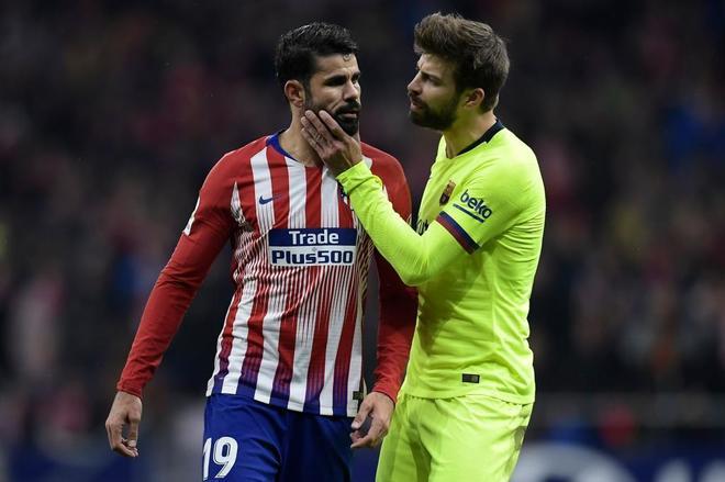 Gerard Piqué se encara con Diego Costa durante el partido.