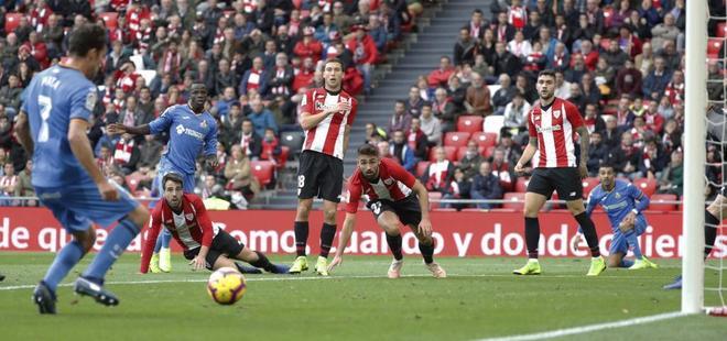 Los jugadores del Athletic observan cómo Mata remata el empate.