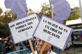 Un hombre sostiene dos carteles contrarios a la prostitución en la...
