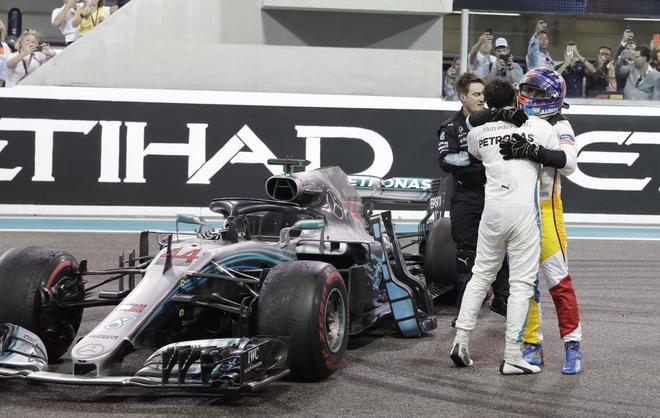 Lewis Hamilton despide a Fernando Alonso, el domingo en Abu Dhabi.