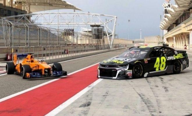 Fernando Alonso se divierte en Bahrein con un coche de la NASCAR