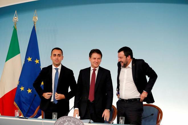 El primer ministro Giuseppe Conte, flanqueado por Luigi Di Maio (izda.) y Matteo Salvini (dcha).