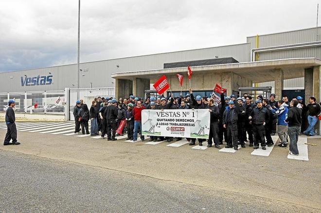 Imagen de una concentración de trabajdores de Vestas ante la planta en el pasado.
