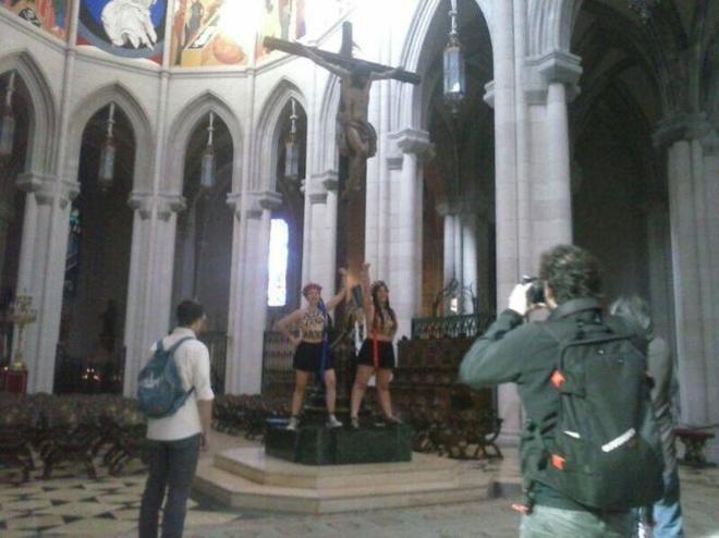 El acto de protesta de Femen en la Catedral de la Almudena de Madridm en 2014.