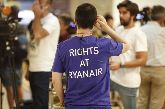 Un tripulante con una camiseta por los derechos en Ryanair el pasado 25 de julio en Barajas.