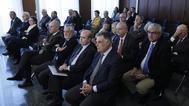 Parte de los acusados en el juicio por el 'caso de los ERE' con los ex presidentes Manuel Chaves y José Antonio Griñán, en el centro, durante la sesión de este lunes en la Audiencia de Sevilla