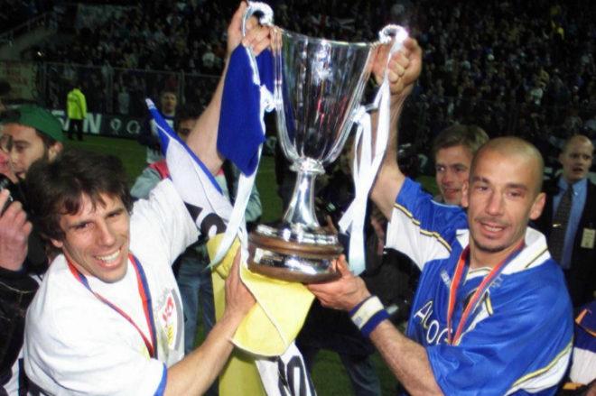 Zola y Vialli (dcha.) levantan la Recopa de Europa conquistada por el Chelsea en 1998.