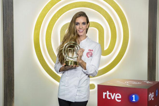 Ona Carbonell, con el trofeo de campeona de 'MasterChef Celebrity 3'.
