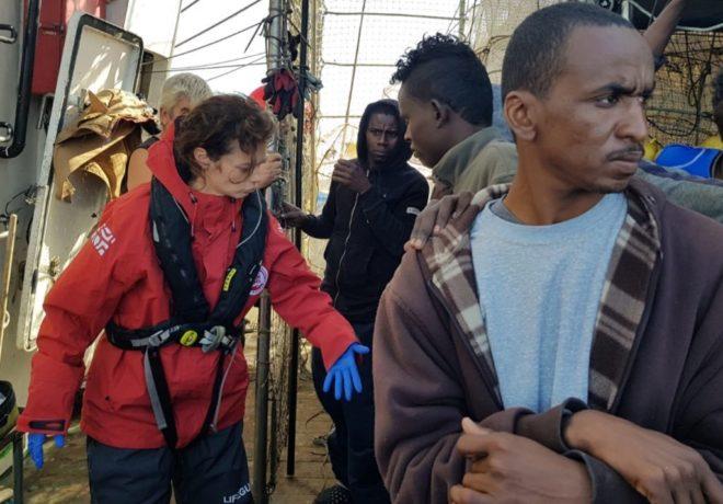 Voluntarios de ProActiva Open Arms atendiendo a los migrantes en la embarcación