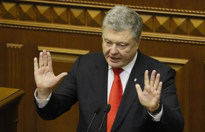 Petro Poroshenko durante la sesión parlamentaria para aprobar el estado de excepción.