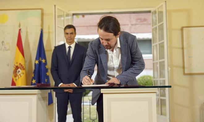 El presidente del Gobierno, Pedro Sánchez, y el líder de Podemos, Pablo Iglesias, durante la firma del pacto presupuestario, en octubre.