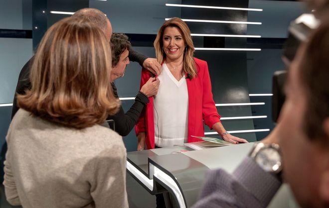 Los técnicos de TVE colocan el micrófono a Susana Díaz antes del...