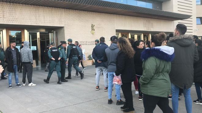 Momento en el que los agentes se llevan detenido al padre de la víctima, Maikel, en la puerta de la Ciudad de la Justicia, este martes.