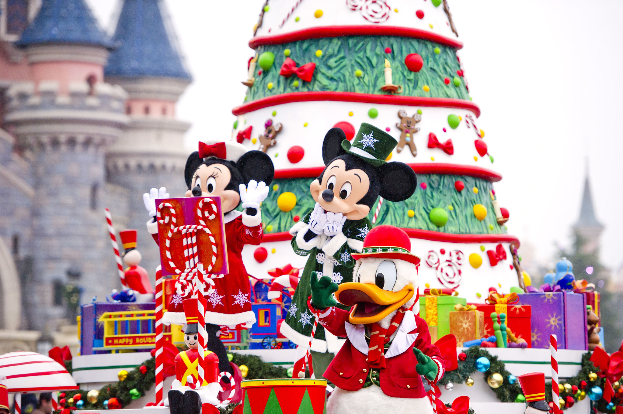 La cabalgata es una de las citas más entrañables en el parque, sobre todo en Navidad. No hay adversidad climatológica que empañe la magia de ver las carrozas engalanadas para la ocasión con Mickey, Minnies, Pluto, Donald, Daisy... hasta 20 personajes y más de 40 artistas se visten de fiesta dos veces al día en estas fechas para recorrer este paraíso de la imaginación...