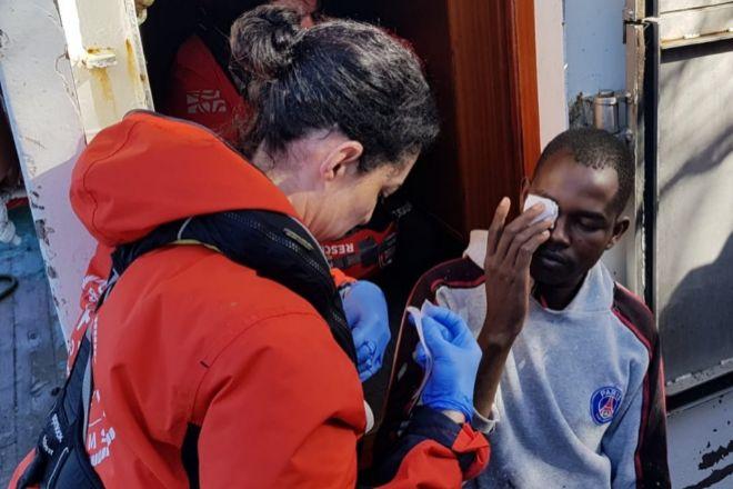 La médico de la ONG Proactiva Open Arms atiende a los migrantes a bordo del pesquero.