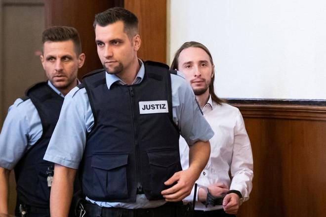 Sergej W. (d), condenado por el atentado, llega a juicio