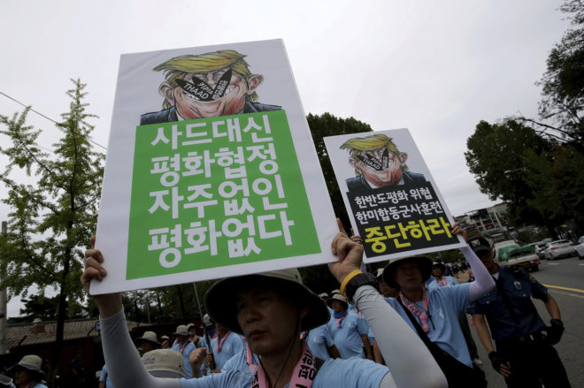 Manifestantes surcoreanos sostienen pancartas anti-Trump en una protesta contra el THAAD en Seúl.