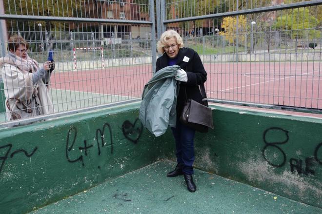 Manuela Carmena durante una actividad de recogida de basura.