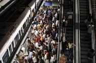 Viajeros del Metro en la estación de Nuevos Ministerios.