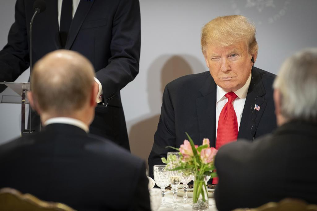 El presidente Trump sentado frente a Putin el pasado 11 de noviembre en el Elíseo, París.