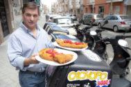 César Román, conocido como el 'Rey del cachopo', muestra los filetes que repartía a domicilio