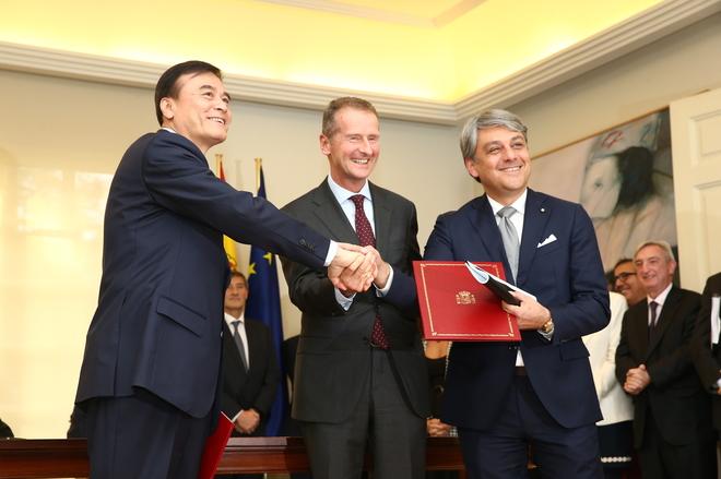 An Ji, presidente de JAC; Dr. Herbert Diess, presidente del Grupo Volkswagen y Luca de Meo, presidente de SEAT