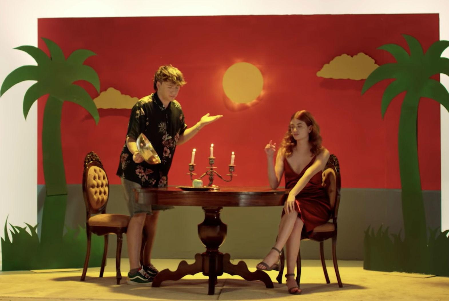 Paulo Londra en el videoclip de Adán y Eva