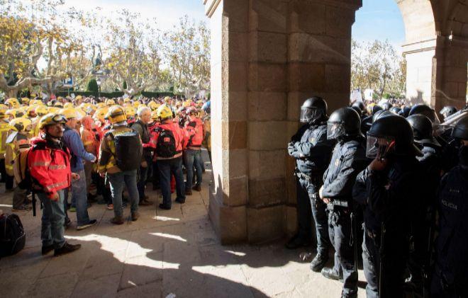 Bomberos catalanes se concentraron ayer frente al Parlament para exigir mejoras en sus puestos de trabajo.